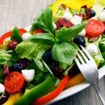 Sveikos, skanios ir lengvai pasigaminamos salotos vasarai
